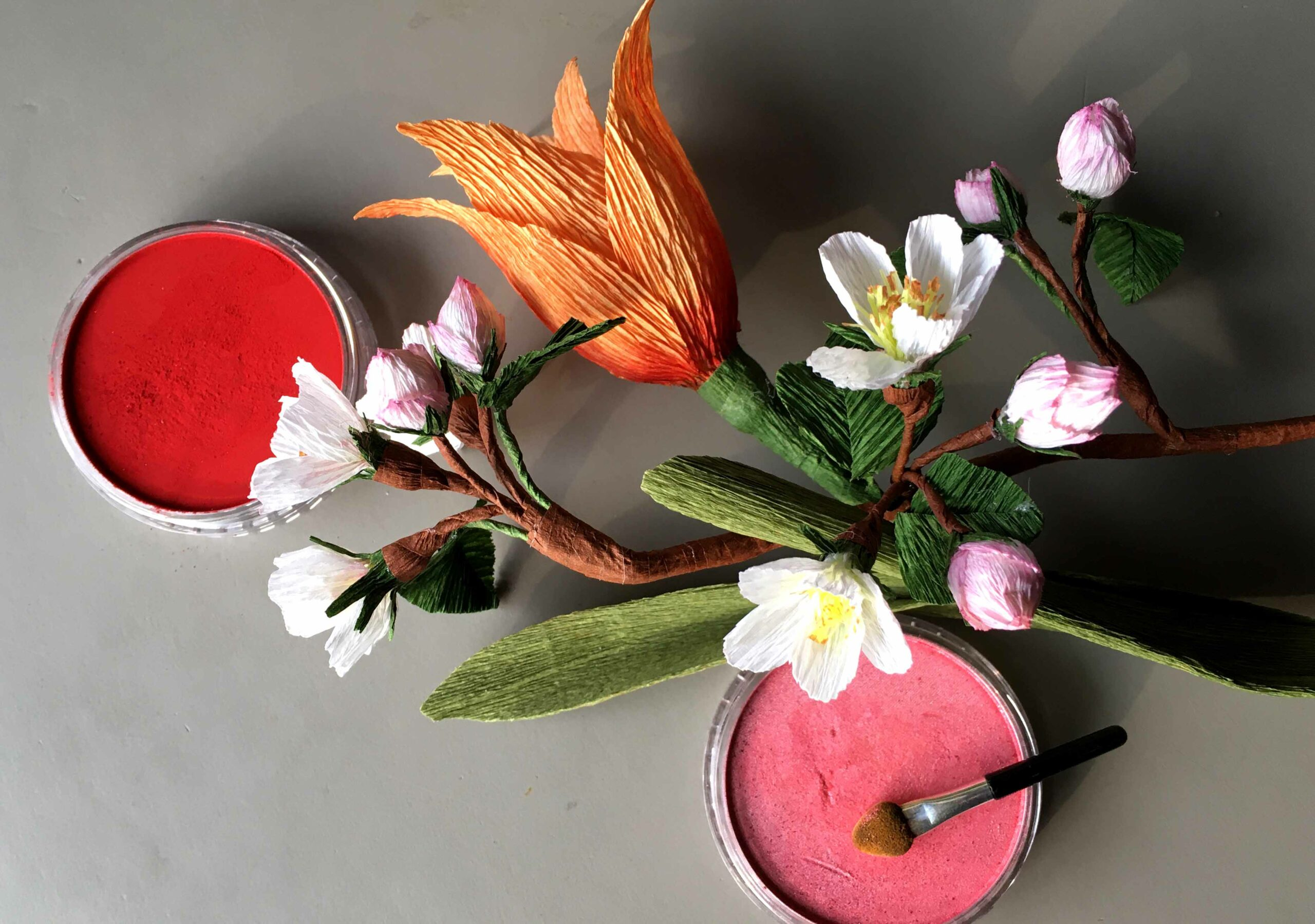 æblgegren og tulipan panpastel crepepapirblomster