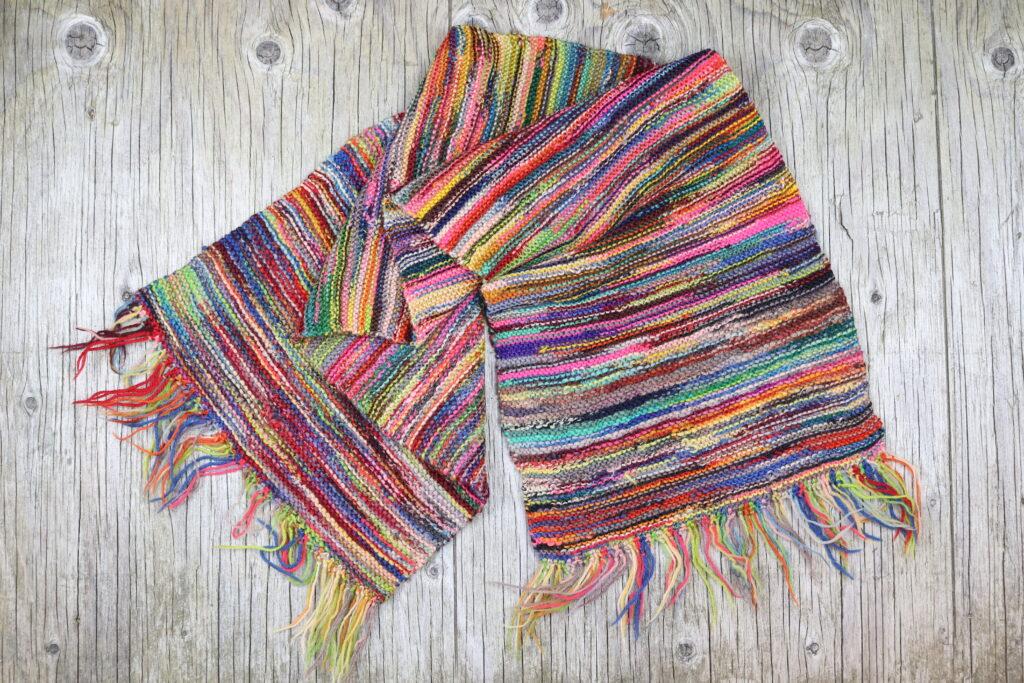 Lækkert strikket sjal af garnrester