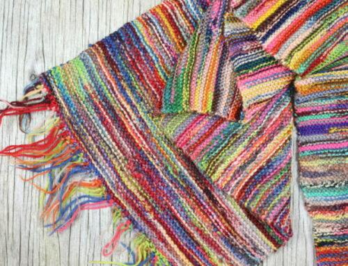 Et strikket sjal af de vildeste garnrester.