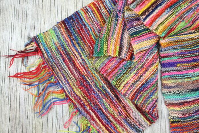 strikket sjal af garnrester