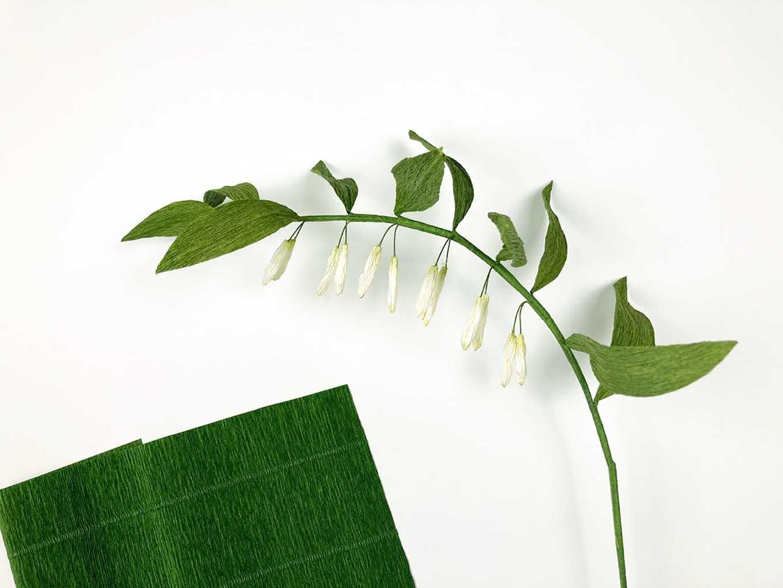 crepepapirblomster Stilk er betrukket med strimmel af crepepapir. Storkonval.