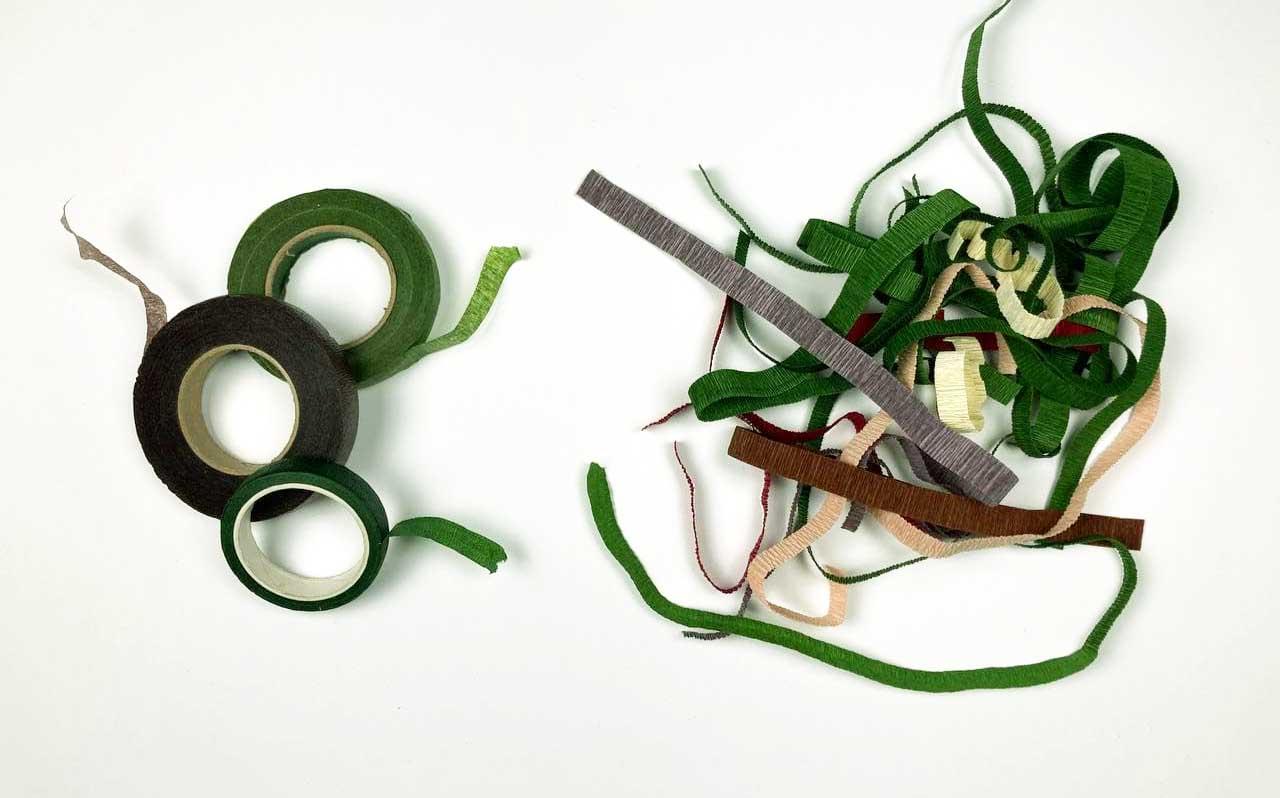 crepepapirblomster. Floratape eller strimmel til stilk.